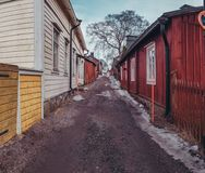 有老木房子的Raasepori Tammisaari芬兰狭窄的街道 库存照片