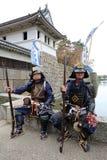有老步枪的日本武士衣物制服 免版税库存照片