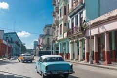 有老汽车的街道从古巴 免版税图库摄影