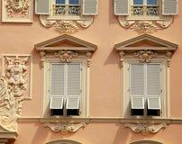 有老法国灰色快门窗口的议院在摩纳哥 库存图片