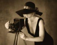有老照相机的女孩摄影师 免版税库存图片
