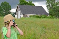 有老照相机的小女孩 图库摄影