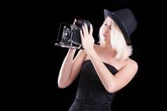 有老照相机的美丽的女孩 免版税库存照片