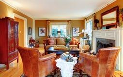 有老牌家具和壁炉的迷人的家庭娱乐室 免版税库存图片