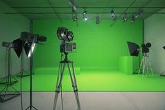 有老牌电影摄影机的现代空的绿色照片演播室 库存图片