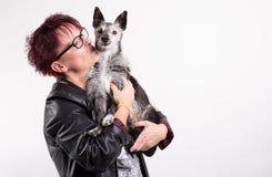 有老狗的妇女 免版税库存照片