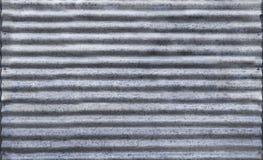 有老生锈的表面银的波纹状的锌篱芭背景的 库存图片