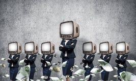 有老电视的女商人而不是头 免版税图库摄影