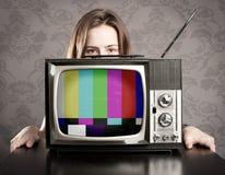 有老电视的妇女 免版税图库摄影