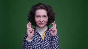 有老白种人深色的女性特写镜头画象她的手指横渡了是急切和担心看照相机 股票视频