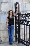 有老石墙的女孩在背景中 免版税库存照片