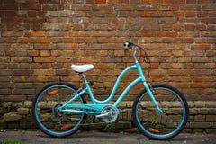 有老砖墙的蓝色葡萄酒自行车 图库摄影