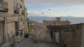 有老破旧的房子的空的街道和被铺的道路在那不勒斯,意大利 影视素材