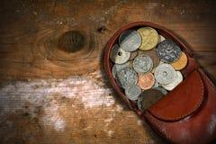 有老硬币的皮革钱包 库存照片