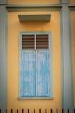 有老窗口的葡萄酒老黄色墙壁离开 坏的老视窗 免版税库存图片