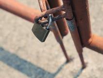 有老篱芭的挂锁 免版税库存照片