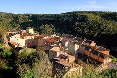 有老美丽的房子的村庄在普罗旺斯,法国。 免版税库存照片