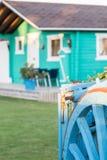 有老蓝色木无盖货车的五颜六色的木平房 免版税库存照片