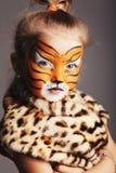有老虎服装的小女孩 免版税图库摄影