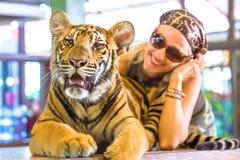 有老虎的妇女 图库摄影