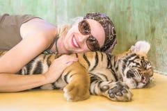 有老虎的妇女 免版税图库摄影