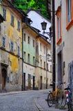 有老议院、自行车和砖方式的街道 免版税库存图片