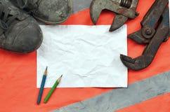 有老起动的可调扳手和纸片与两支铅笔的 静物画联合修理、铁路或者配管 库存照片