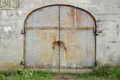 有老铁门的墙壁在锁 免版税图库摄影
