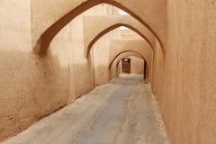 有老镇曲拱的狭窄的街道在亚兹德 伊朗 库存照片