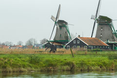 有老风车的传统荷兰村庄和河环境美化 免版税库存照片