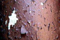 有老飘动的油漆的老被绘的管子 库存照片