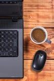 有老鼠和咖啡的平的位置概要膝部上面计算机 免版税库存照片