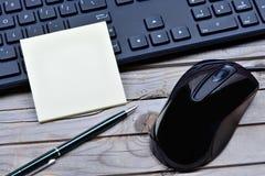 有老鼠的键盘关于桌的个人计算机和笔记 库存图片