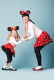 有老鼠面具的两个女孩 免版税库存图片