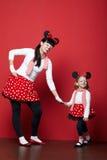 有老鼠面具的两个女孩 免版税图库摄影