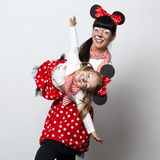 有老鼠面具的两个女孩 免版税库存照片
