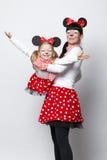 有老鼠面具的两个女孩 图库摄影