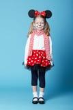 有老鼠面具的小女孩 免版税库存照片
