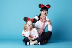 有老鼠面具的美丽的女孩 免版税图库摄影
