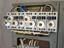 有老类型的电子内阁熔化与导线 库存图片