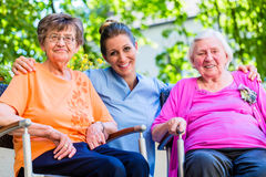 有老年医学的护士与资深妇女的闲谈 免版税库存图片