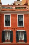 有老绿色快门窗口的红色灰泥房子在摩纳哥 库存图片