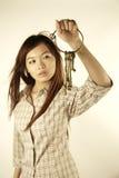 有老黄铜钥匙的亚裔女孩 免版税库存照片