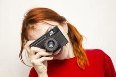 有老camer的红头发人微笑的女孩 库存图片
