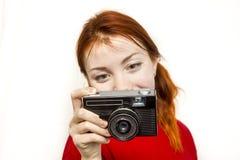 有老camer的红头发人微笑的女孩 免版税库存照片