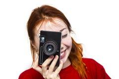 有老camer的红头发人微笑的女孩 免版税图库摄影