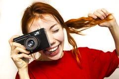 有老camer的红头发人微笑的女孩 免版税库存图片