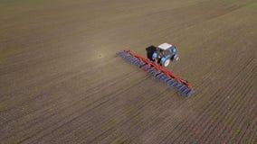 有耙犁的一台拖拉机在早期的春天游遍领域 横渡框架对角地,空中录影 影视素材