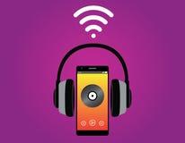 有耳机听的音乐用途wifi信号的智能手机 免版税图库摄影