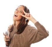 有耳机听的音乐的年轻愉快的妇女 免版税库存照片
